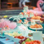 Buffet de fête turquoise sur le thème flamant rose